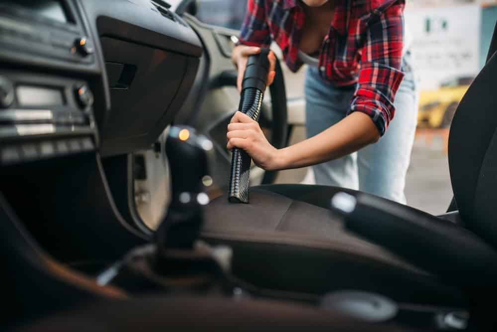 pulizia auto con aspirapolvere