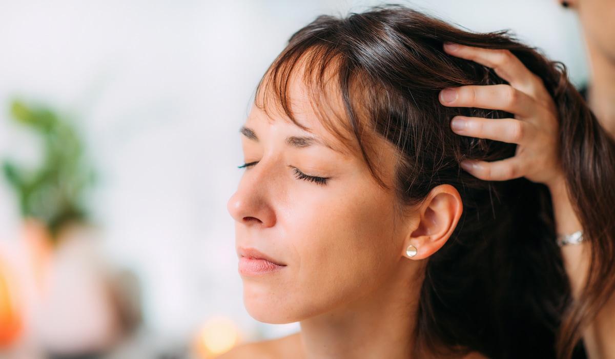 benefici olio di limone sui capelli