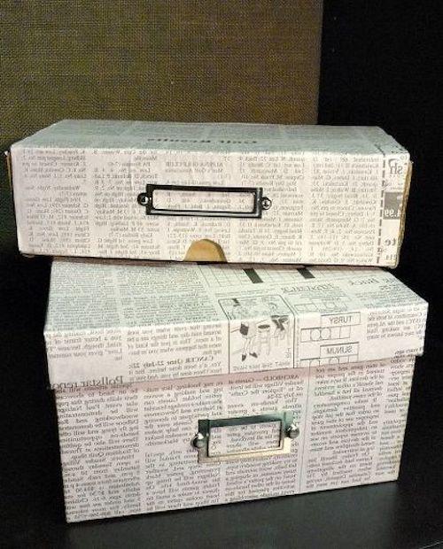 scatole con fogli di giornale